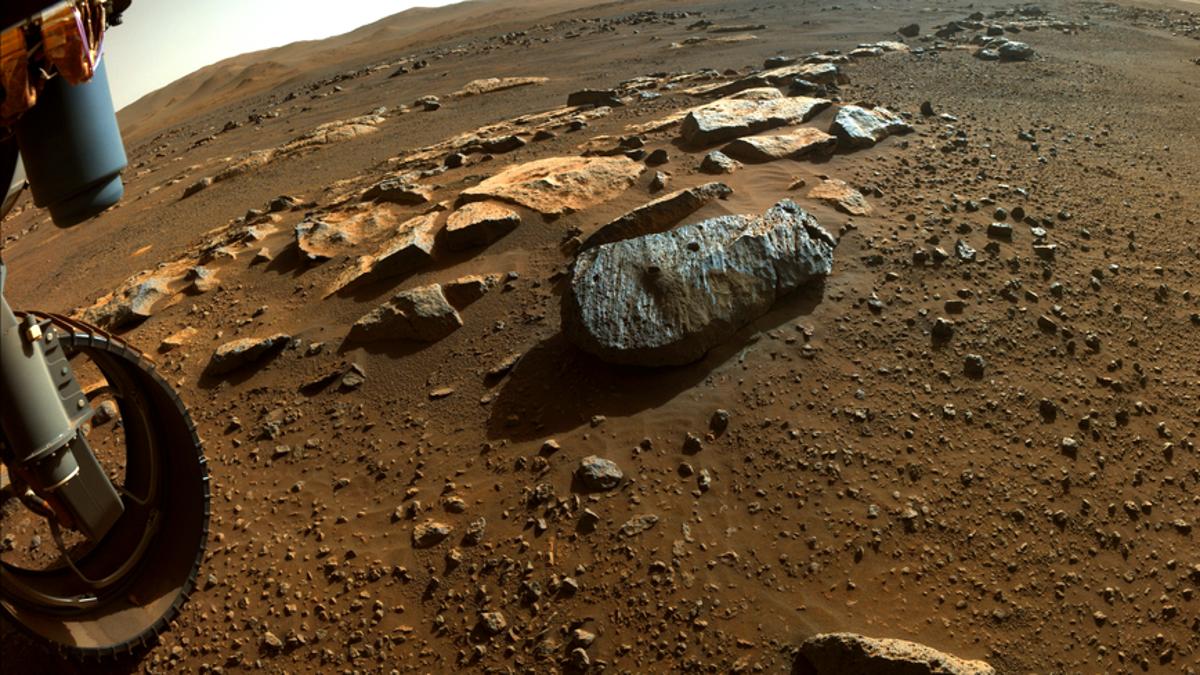 Perseverance extrajo dos núcleos de una roca marciana volcánica