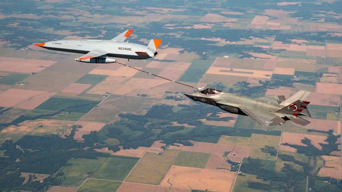 Un dron abastece combustible en el aire a un avión de combate