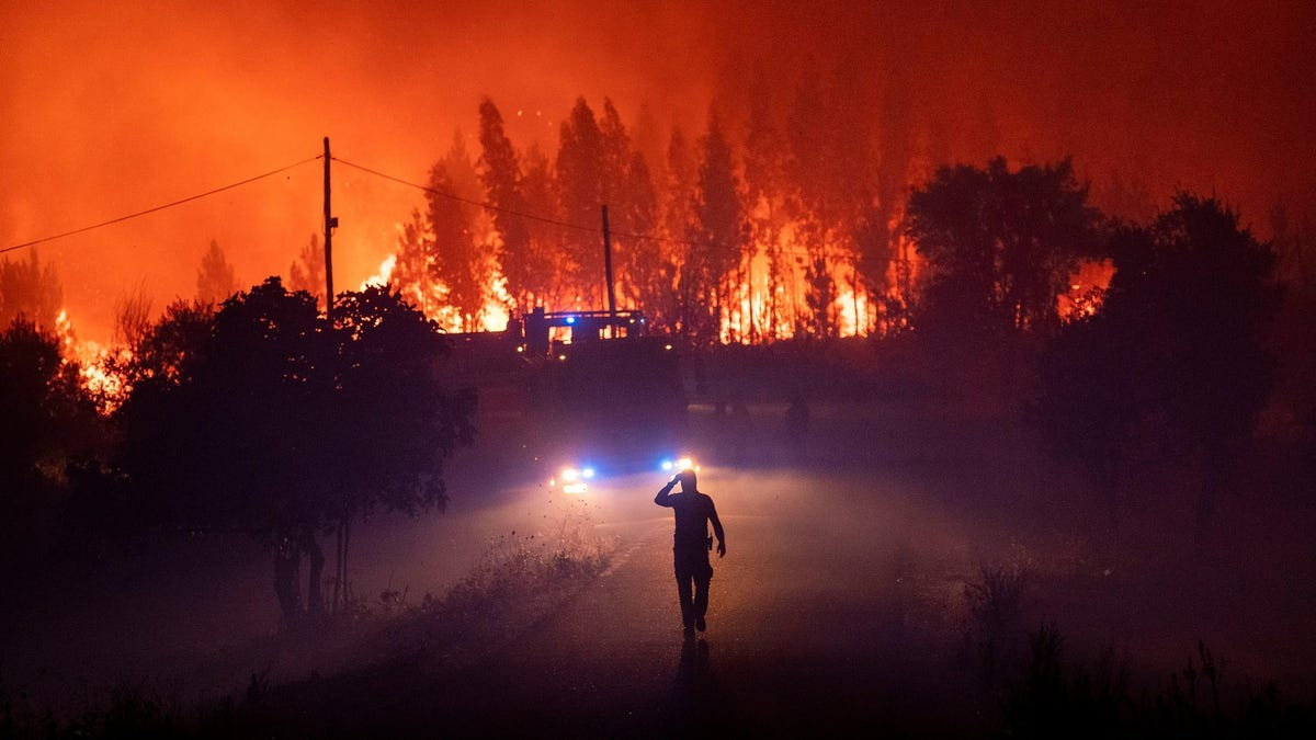 Estos bomberos salvar la vida atravesando las llamas en un incendio en California