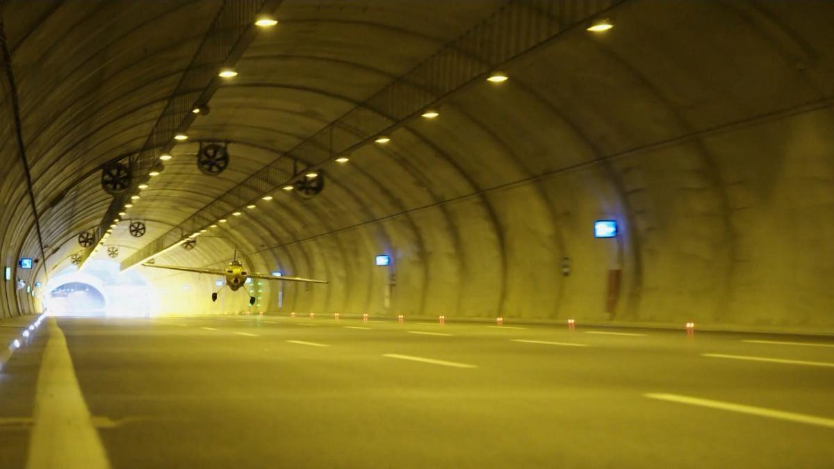 Entra en Guinness con un avión a través de un túnel a 245 km/h