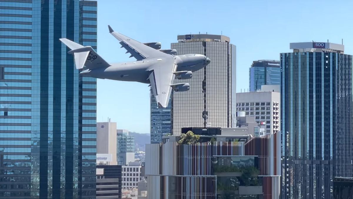 Un gigantesco Boeing C-17 vuela entre los rascacielos de Brisbane