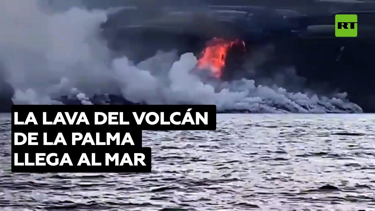 La lava del volcán de la isla canaria de La Palma llega al mar