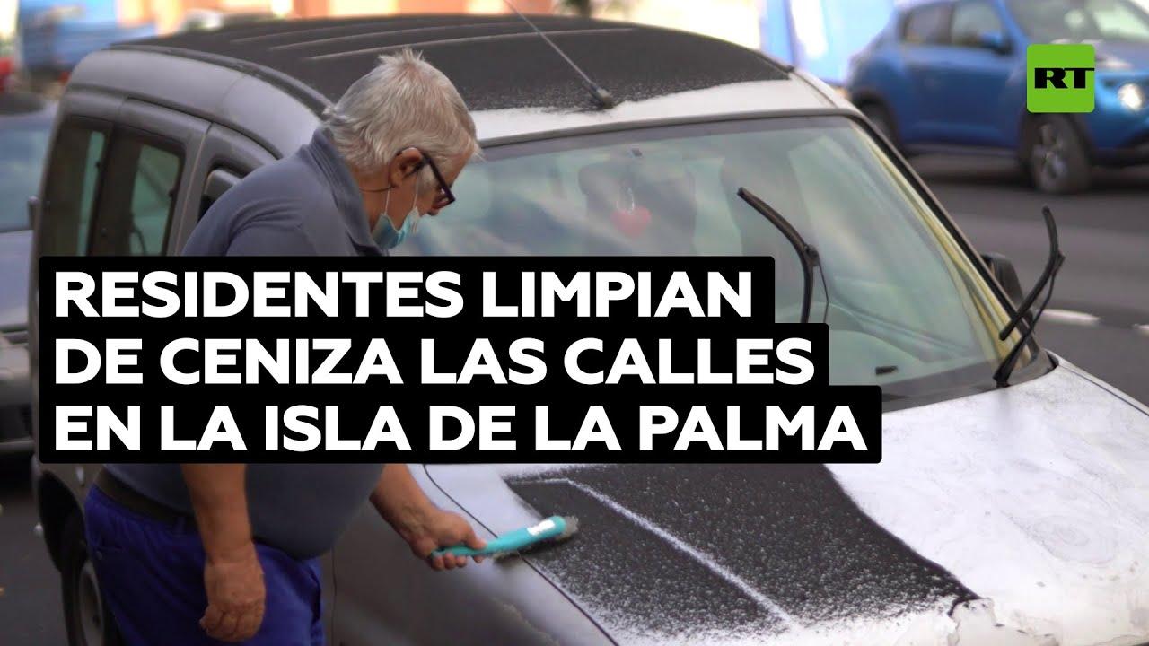 Residentes locales limpian las calles cubiertas de ceniza tras la erupción en La Palma