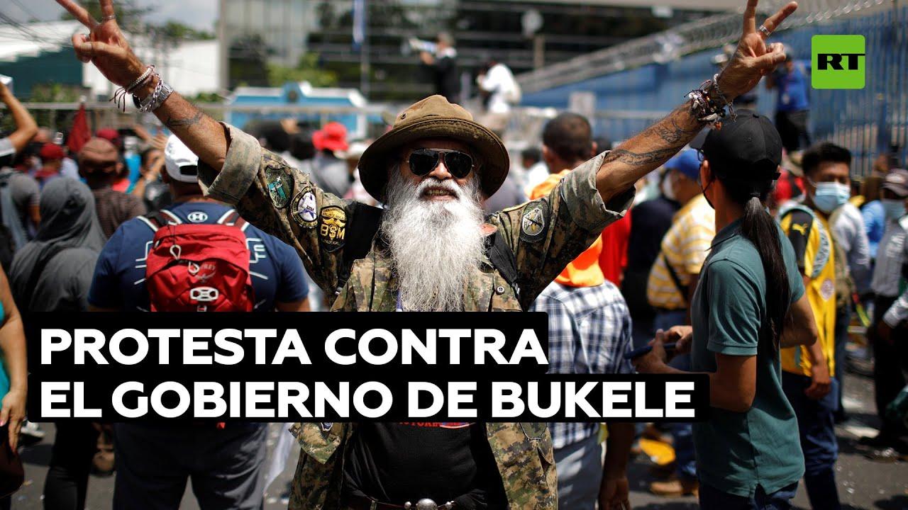 """""""Renuncia ya"""": Salvadoreños protestan en las calles de la capital contra el Gobierno de Bukele"""