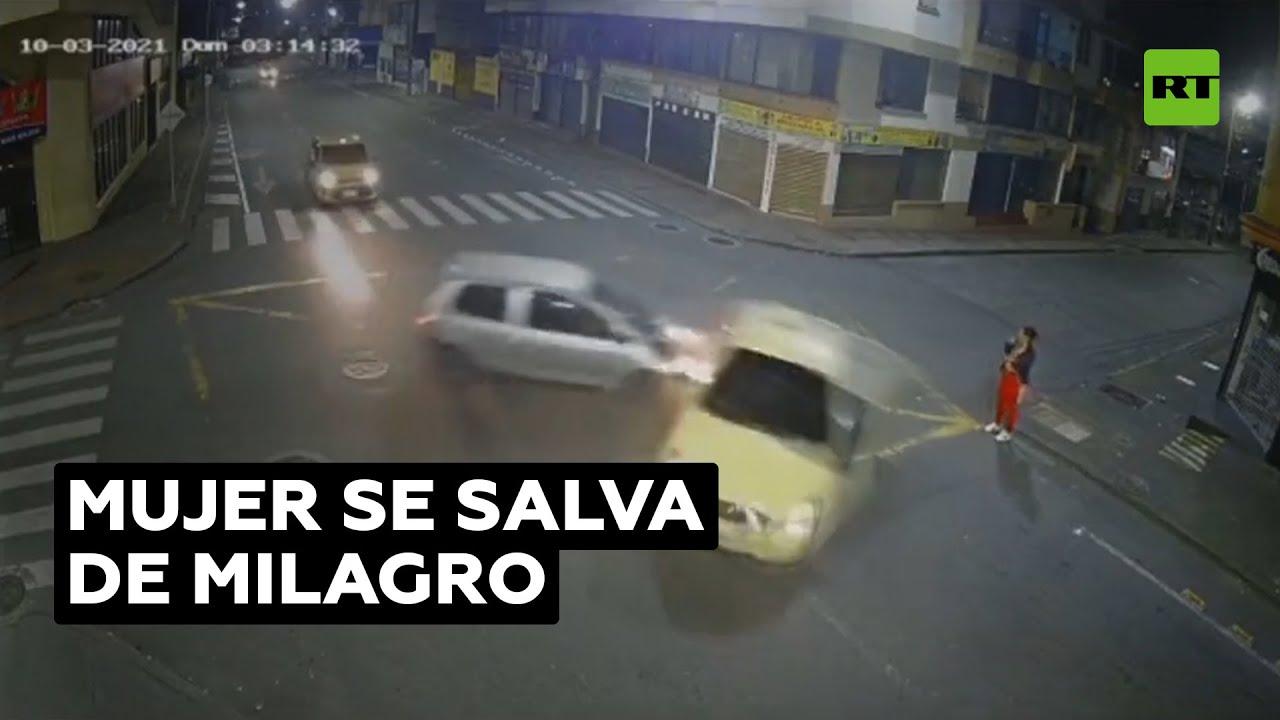 Una mujer se salvó de milagro de ser atropellada @RT Play en Español