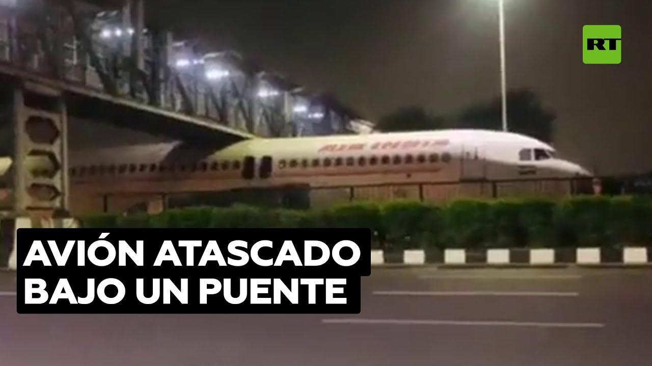 Un avión de pasajeros queda atascado bajo un puente en la India @RT Play en Español
