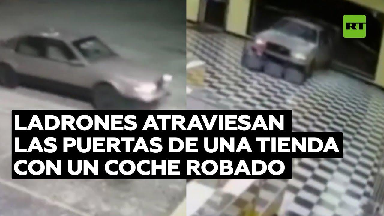 Ladrones atraviesan las puertas de una tienda con un coche robado @RT Play en Español