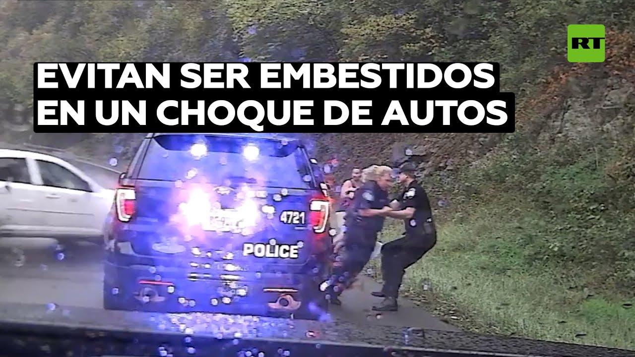Policía salva a su compañera de un auto fuera de control