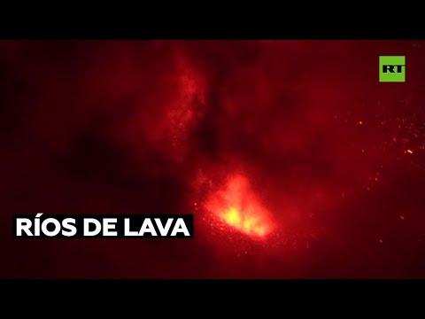 Los ríos de lava del volcán de la isla española de La Palma continúan ganando terreno al mar