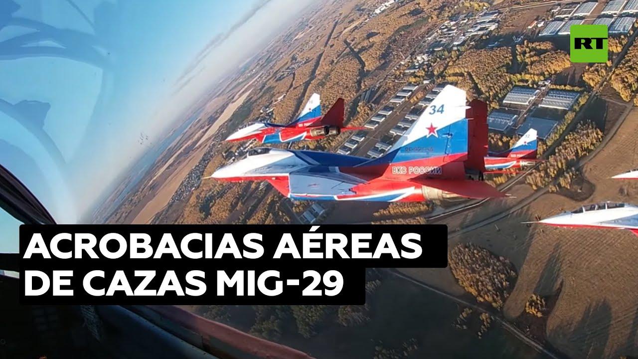 Pilotos militares rusos realizan acrobacias aéreas con cazas MiG-29