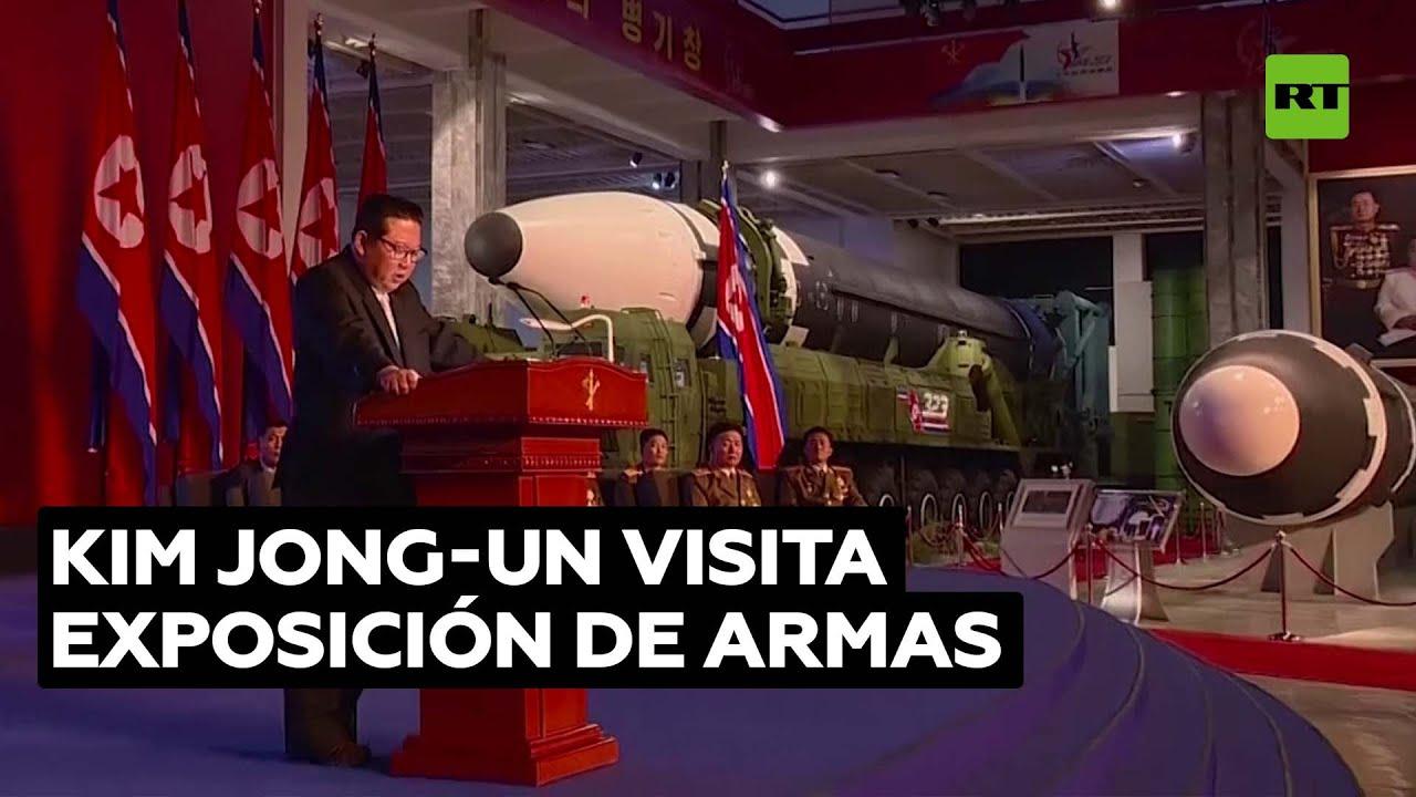 Kim Jong-un revisa armas y posa ante su mayor misil balístico
