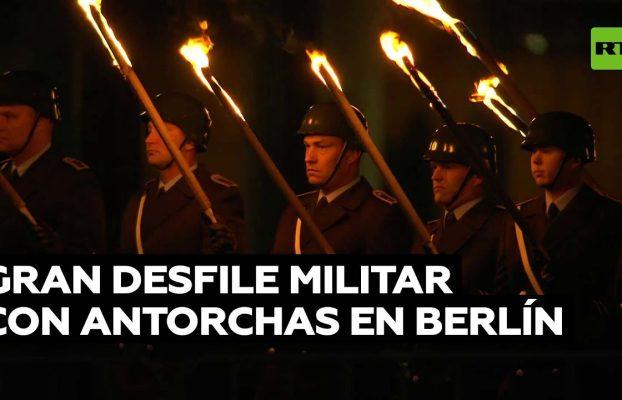 Desfile con antorchas en la ceremonia militar de homenaje a la misión alemana en Afganistán