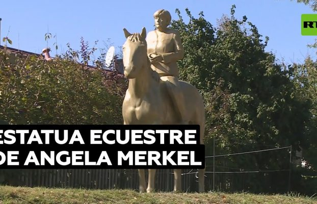 Exhiben en Baviera una estatua dorada de Merkel a caballo