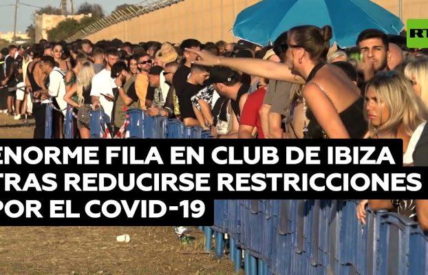 Regresan las fiestas masivas a Ibiza y cientos de personas hacen fila para ingresar