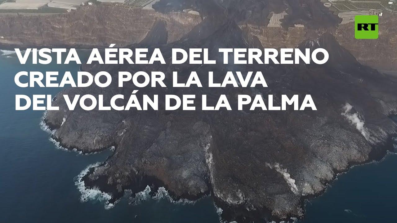 Vista aérea del nuevo terreno creado por la lava del volcán de La Palma