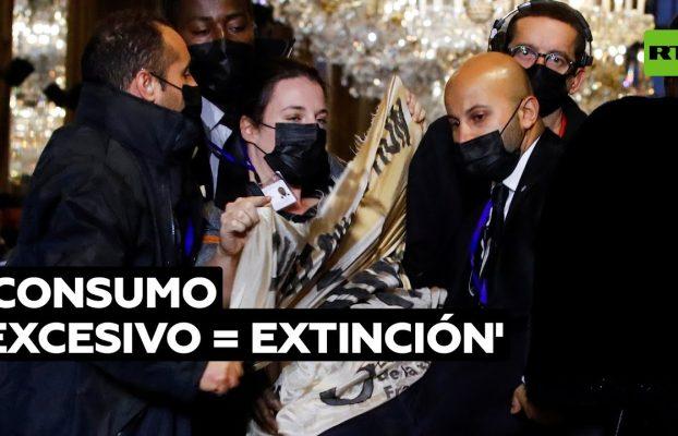 Una activista irrumpe en un desfile de moda de Louis Vuitton @RT Play en Español