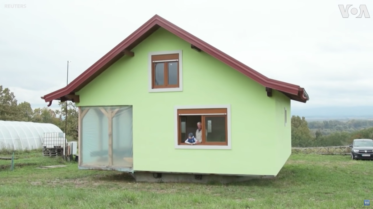 Construye una casa giratoria para que su mujer no se queje por las vistas
