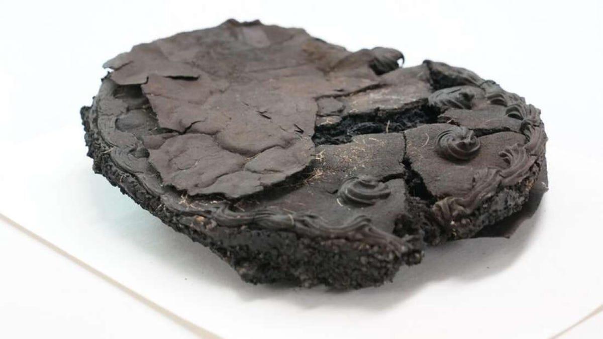 Encuentran intacto un pastel de 80 años bajo unos escombros