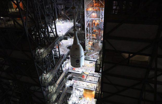 NASA finaliza ensamblaje de su nuevo cohete SLS, y es enorme