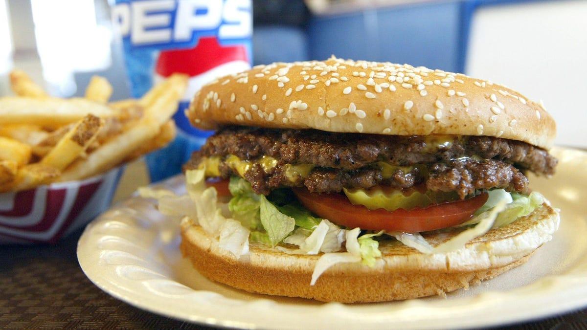 Encuentran niveles altos de químicos que alteran las hormonas en hamburguesas y burritos