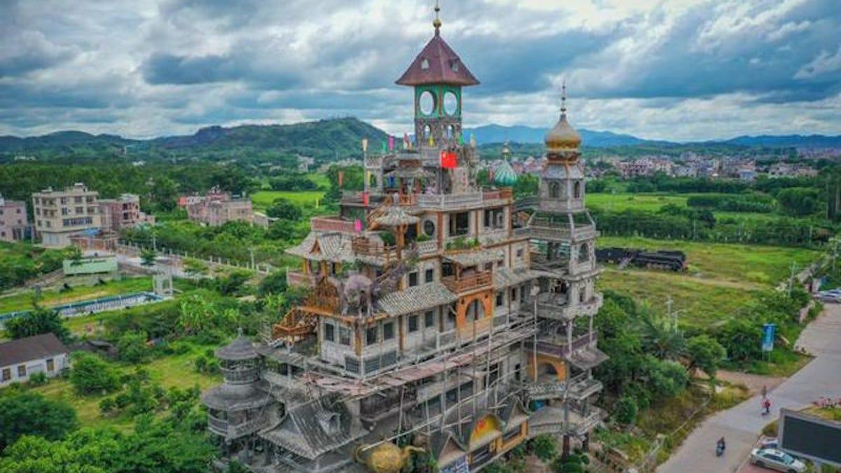 Se busca dinero para terminar el edificio más raro de China