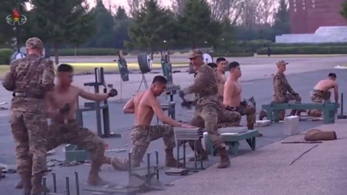Los militares norcoreanos pueden romper cemento con la cabeza