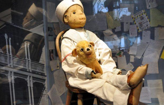 Si te encuentras con esta escalofriante muñeca, huye